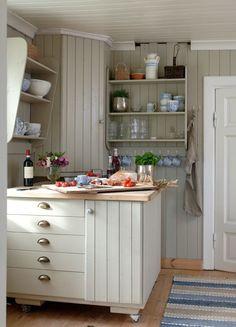 Og utedoen, den er i bruk fortsatt. My Dream Home, Beach House, Kitchen Cabinets, Inspiration, Home Decor, Bedding, Kitchens, Country, Beautiful