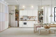 Najnovší kuchynský trend? Kuchynské linky bez horných skriniek! | Môjdom.sk Ikea, Kitchen Island, Divider, Table, Room, Furniture, Home Decor, Minimalist, Space