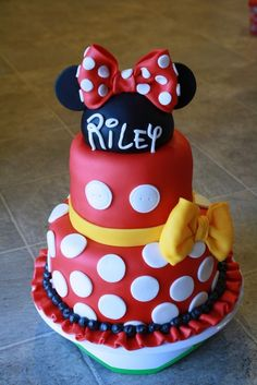 If you're planning a Minnie Mouse birthday party, check out the 10 Cutest Minnie Mouse Cakes. These Minnie Mouse cake designs will blow you away with their creativity. Find Minnie Mouse cakes with pink, red and even purple designs. Gateau Theme Mickey, Mickey Mouse Torte, Minni Mouse Cake, Bolo Da Minnie Mouse, Bolo Mickey, Minnie Mouse Birthday Cakes, Minnie Cake, Mickey Birthday, Bolo Fack