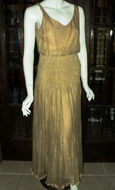 Fin des années 1920 or boiteux robe sans manches bas du dos orné de velours pêche Rosebuds sur dos et ourlet ruché ceinture