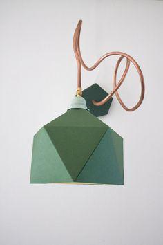 Lampe mit Abfallmaterialien gemacht. Vor allem das Design entstand durch ein Kupferrohr verwendet zum Heizen abrufen. Kupfer ist ein hervorragender