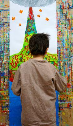 Peinture d'enfant. L'enfant a éprouvé le besoin d'ajouter une feuille pour peindre la lave 'transparente' dans le volcan. Un procédé qu'il utilise souvent pour 'être' à l'intérieur des choses.