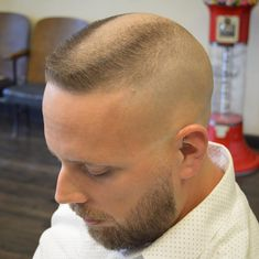 buzzcut barbershop long hair and lack of hair. willingly or forcefully and everything else that interests me Hot Haircuts, Short Bob Hairstyles, Boy Hairstyles, High And Tight Haircut, Flat Top Haircut, Hair And Beard Styles, Short Hair Styles, Bald Head Man, Military Haircuts Men