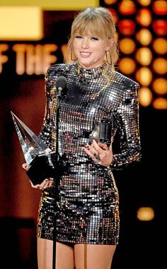 Taylor Swift, 2018 American Music Awards, 2018 AMA's, Winner. Taylor Swift Hot, Long Live Taylor Swift, Taylor Swift Style, Red Taylor, Taylor Swift Pictures, Taylor Swift Wallpaper, Tumblr Outfits, Miss Americana, American Music Awards