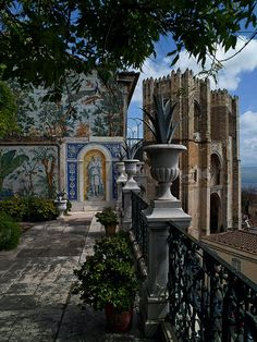 A small secret of Lisbon: The terrace with a magnificent view - Miradouro da Catedral da Sé. #Portugal