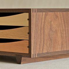 Tricolor Wood Desktop Chest by Arms Woodcraft Workshop. Timber Furniture, Fine Furniture, Furniture Design, Woodworking Inspiration, Furniture Inspiration, Wood Joints, Woodworking Box, Wood Detail, Wood Boxes