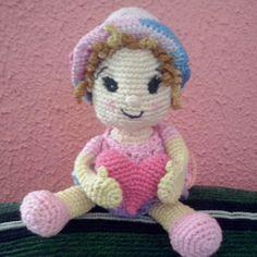Boneca amigurumi com coração. Doll Amigurumi.