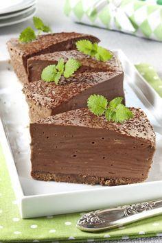 Denne ostekaken har sjokoladekjeks i bunnen og et kremete ostefyll som lages med både mørk sjokolade og melkesjokolade. Sjokoladeelskernes favoritt! Fancy Desserts, No Bake Desserts, Chocolate Cheesecake, Chocolate Recipes, Chocolate Chocolate, Chocolate Lovers, Cake Recipes, Dessert Recipes, Appetizer Recipes
