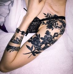 50 absolutely unique tattoo ideas for women who are extremely beautiful tattoo old school tattoo arm tattoo tattoo tattoos tattoo antebrazo arm sleeve tattoo Skull Roses Tattoo, Skull Tattoos, Body Art Tattoos, Tattoo Flowers, Black Flower Tattoos, Drawing Flowers, Painting Flowers, Hair Painting, Forearm Tattoos