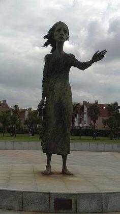 La Madre del Emigrante de Ramón de  Muriedas, en el Rinconín #Gijon #Asturias Garden Sculpture, Greek, Statue, Monuments, Outdoor Decor, Cocktail, Urban, Sculptures, Viajes