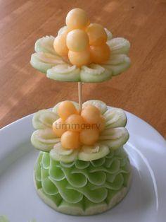 S-Curve Fruit Server - Food Carving Ideas Veggie Art, Fruit And Vegetable Carving, Veggie Food, Edible Food, Edible Art, Fruits Decoration, Deco Buffet, Creative Food Art, Food Sculpture