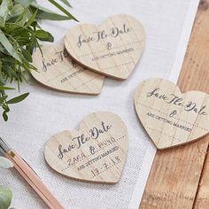 Diese herzförmigen Magnete aus Holz sind eine originelle und romantische Alternative zu klassischen Save-the-Date Karten! Mit ihrem natürlichen Look sind die Save-the-Date Magnete perfekt, um eine Hochzeit im rustikalen Stil anzukündigen!