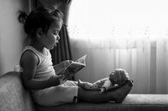 Leyendo a los muñecos.