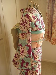 kimono set                                                                                                                                                                                 もっと見る Kimono Japan, Yukata Kimono, Kimono Fabric, Kimono Dress, Japanese Textiles, Japanese Fabric, Japanese Kimono, Japanese Geisha, Girls Dresses Sewing