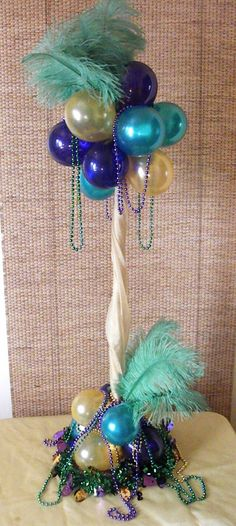 Mardi Gras centerpiece using balloons and feathers Mardi Gras Centerpieces, Feather Centerpieces, Balloon Centerpieces, Balloon Decorations, Rio Party, Party Time, Mardi Gras Party, Puppy Party, Masquerade Party