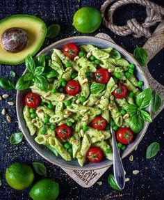 The best avocado cashew pasta ever! Made easy and fast & vegan, dairy-free and delicious! A delicious pasta dish for those in a hurry! The post Creamy avocado pasta (guacamole) appeared first on Food Monster. Pastas Recipes, Lunch Recipes, Healthy Food Recipes, Salad Recipes, Chicken Recipes, Vegan Recipes, Dinner Recipes, Avocado Recipes, Drink Recipes