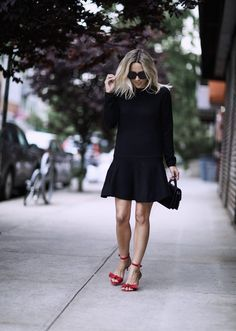 The little black dress which is usually just sitting in the closet during the spring and summer months come in […] Simple Dresses, Summer Dresses, Summer Clothes, Summer Outfit, Looks Chic, Budget Fashion, Spring Street Style, Minimalist Fashion, Casual Outfits