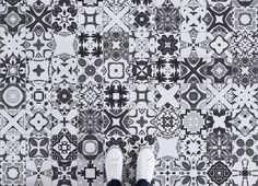 portuguese-tile-azulejos-vinyl-flooring-grey-feet.jpg (2728×1974)
