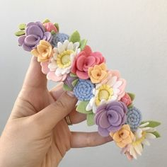 Best 12 I have received many messages regarding the name plaques and letters and where to buy them. supplies lots of… – SkillOfKing. Felt Diy, Handmade Felt, Handmade Flowers, Diy Flowers, Fabric Flowers, Felt Flowers Patterns, Felt Flower Wreaths, Baby Kostüm, Felt Headband