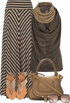 Muchas cosas interesantes: collar, sandalias, falda ..
