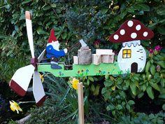 DE MALLE MOLEN www.windmolentjes.blogspot.com Windmolentjes met een bewegend figuur Woodworking, Birds, Christmas Ornaments, Holiday Decor, Patterns, Home Decor, Wind Spinners, Weather Vanes, Steamer Trunk