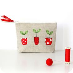 Super cute embroidery/applique on the pouch. three flowerpots by pilly pilly Freehand Machine Embroidery, Free Motion Embroidery, Embroidery Applique, Fabric Crafts, Sewing Crafts, Sewing Projects, Diy Couture, Handmade Purses, Sewing Appliques