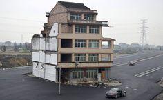 Casal de idosos se recusa a assinar acordo e estrada é construída ao redor de sua casa na província chinesa de Zhejiang.