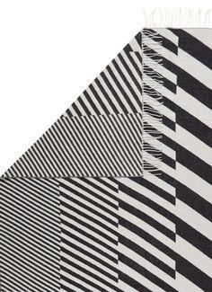 Diagonals plaid uit de Alexander Girard-collectie van Vitra, vervaardigd van extra fijn merinowol. Dit model is gedecoreerd met een grafisch ruitdessin in zwart-wit en afgewerkt met rafels aan de korte zijden. Ideaal om te draperen over je bank of bed. Wordt geleverd in een luxe giftbox.