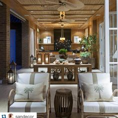 #Repost @sandecor with @repostapp. ・・・ Mais detalhes de uma linda varanda ✨ By @deboraaguiararq  Details of a beautiful balcony ✨ Photo 2 of 2 #beautiful#details#balcony#varanda#idea#rustic#style#farmhouse#countryhouse#design#designporn#neutralcolors#madeira#wood#woodwork#ceiling#furniture#loveit#charming#archilover#brick#iluminação#lighting#lanterns#instabest#instadecor#instahome#interiordesign#sandecor