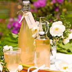 Ett kallt glas rabarbersaft en varm sommardag är himmelskt gott.