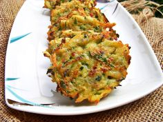 Le frittelle di zucchine sono facilissime, si cuociono velocemente come fossero dei rostì, sono leggere e gustosissime vedrete che piaceranno ai bimbi
