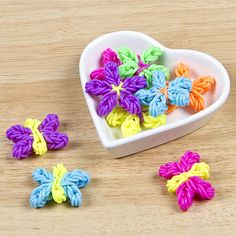 Rainbow Loom flowers and butterflies tutorial Rainbow Loom Tutorials, Rainbow Loom Patterns, Rainbow Loom Creations, Rainbow Loom Bands, Rainbow Loom Charms, Rainbow Loom Bracelets, Loom Band Charms, Loom Band Bracelets, Rubber Band Bracelet