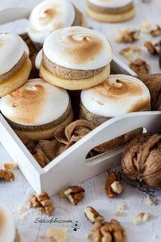 Omlós, könnyű és lágy diós-habos linzer Fruit Recipes, Cake Recipes, Dessert Recipes, No Bake Desserts, Delicious Desserts, Yummy Food, Unique Recipes, Sweet Recipes, Hungarian Desserts