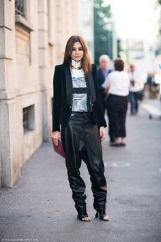 Christine Centenera in baggy leather pants. Christine Centenera, White Trench Coat, Fashion Editor, Fashion Trends, Fashion Styles, Fashion Fashion, Street Style Blog, Street Chic, Leather Trousers