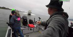 Speedboot ramt dwars over bootje van zalmvissers - Ze moeten springen voor hun leven