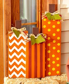 Pull off a festive look on your front porch this harvest season. The Pumpkin Door Hanger x has a chevron pattern, autumn accents and wire on top (Halloween Manualidades Para Vender) Halloween Veranda, Fall Halloween, Halloween Crafts, Holiday Crafts, Holiday Decor, Outdoor Halloween, Wooden Halloween Signs, Wooden Halloween Decorations, Halloween Door Hangers