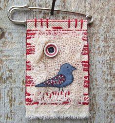 Bird Fabric Brooch with kilt pin Art Textile, Textile Jewelry, Fabric Jewelry, Zipper Jewelry, Jewellery, Fabric Birds, Fabric Art, Fabric Scraps, Fiber Art Quilts