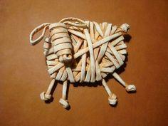 Вироби із паперових трубочок: майстер-класи та ідеї (34 фото) – Самотужки Straw Weaving, Paper Weaving, Weaving Art, Basket Weaving, Newspaper Basket, Newspaper Crafts, Recycled Crafts, Handmade Crafts, Corn Dolly