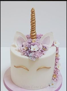 A trendy cake for birthdays, or even weddings! Very fun and beautiful. A lovely … A trendy cake for birthdays, or even weddings! Very fun and beautiful. A lovely unicorn cake! Pretty Cakes, Cute Cakes, Beautiful Cakes, Amazing Cakes, Lane Cake, Cake & Co, Unicorn Birthday Parties, Unicorn Party, Birthday Cake
