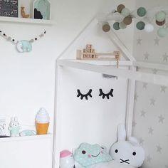 Wir wünschen euch einen schönen Mittwoch! Die Hälfte der Woche ist geschafft!  Lieben Dank @petitemariefleur für dieses schöne Foto! #goodmoods #stringlights #lichterkette #kids #kinder #kinderzimmer #kidsroom #kidsdecor #pastel #colors #sleepyeyes #housebed #bed #hausbett #scandinavian #decor #white #jade #turquoise #bunny #miffy