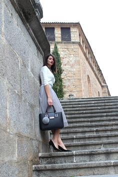 Zapato corte salón,tacón de 8,5 cm,horma en punta, de ante en color negro