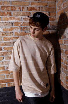 미니쮸리원단의 기본적인 Stripe Layered 오버핏 티셔츠, 프리사이즈로 모델은 183 / 63 입니다.