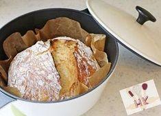 Dieses Brotrezept stammt vom amerikanischen Bäcker Jim Lahey und ist das beste Brot, das ich je gebacken habe. Der Arbeitsvorgang beschränkt sich auf 3 Schritte. Das Brot wird in einem feuerfesten Topf gebacken, sodass die Feuchtigkeit im Brot bleibt und die Kruste schön kross wird. Folgt den Anweisungen und ihr werdet ein Resultat wie auf den Fotos bekommen. Ovaj kruh je u originalu od poznatog pekara Dzima Laheja i dosad je najbolji kruh koji sam ikad napravila. Potrebno vam je samo tri…