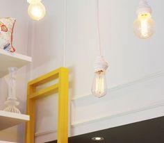 Que tal investir nas lâmpadas de filamento com pendentes em crochê na decor do seu ambiente? #temnapoire #linhahome #decor #decoracao