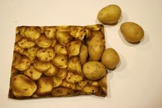 Microwave Baked Potato Pouch - No need to pierce the potato and it cooks up nice and fluffy inside. Could also be used nicely as an ice pack holder. Baked Potato Microwave, Microwave Baking, Baked Potatoes, Sewing Hacks, Sewing Projects, Sewing Ideas, Sewing Patterns, Craft Projects, Quilting Patterns