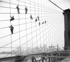 Ce groupe d'ouvriers suspendus aux câbles du pont de Brooklyn en 1914.