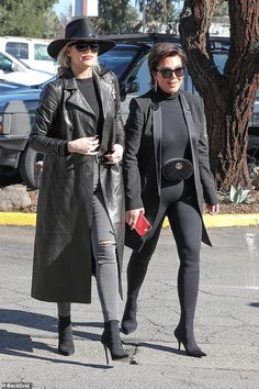 Khloe and Kris in black: Khloe Kardashian and Kris Jenner channel The Matrix in matching black outfits while filming Keeping Up With the Kardashians in Calabasas Robert Kardashian, Kardashian Kollection, Kardashian Shoes, Khloe Kardashian Outfits, Estilo Kardashian, Kardashian Jenner, Kendall, Kylie, Blazer Outfits