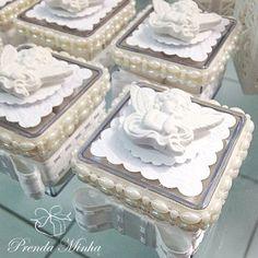 Caixinhas de acrílico com aplicação de anjinho em resina!!! #prendaminha #batizado #festadebatizado