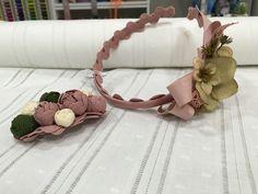 Diadema en tonos Rosa y Verde y pasador con flores de Sandunga.