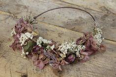 En SweetBohème hacemos coronas de flores combinando flores secas, de tela y flor deshidratada, consiguiendo un resultado silvestre, delicado y exquisito.